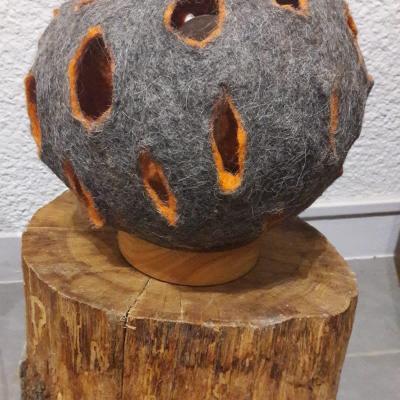 Petite lampe laine feutree et bois