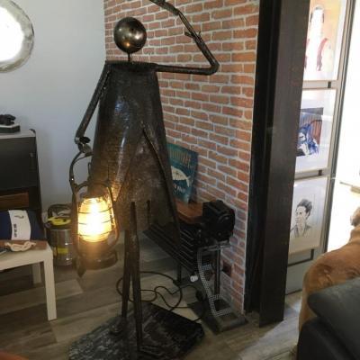 Statue metal porteur de lumiere