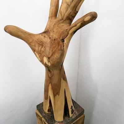 Une main tendue 60x34x25 olivier